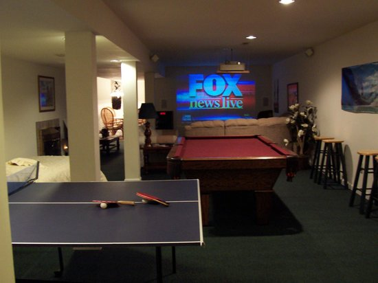 Winchester Guest House Inn Bed and Breakfast Resort: Theatre/Game Room