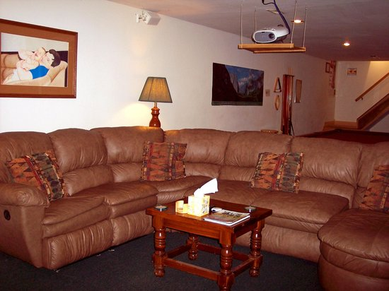 Winchester Guest House Inn Bed and Breakfast Resort: Theater/Game Room Area Seating