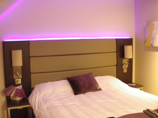 Premier Inn Bedford South A421 Hotel Bed Headboard And Bedside Lights