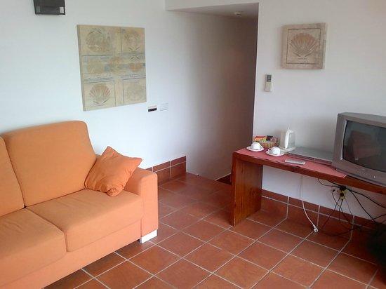 Hotel Cala Chica: Salón de la habitación