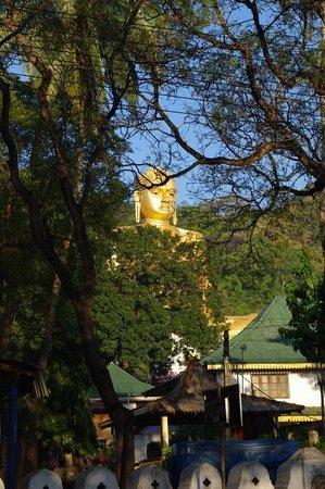 Blue Sky Guest House: золотой будда