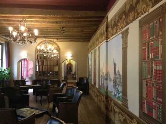 Hotel Relais Monceau: Zonas comunes (salón izquierdo)