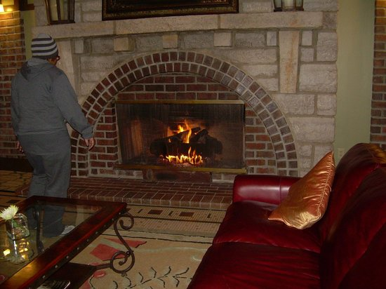 The Elms Hotel and Spa: Fireplace in the lobby