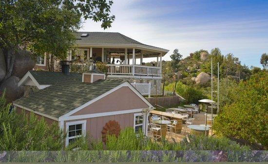 Eagles Nest Winery: Cottage balcony area.