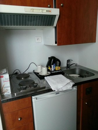 Best Western Le Patio Saint Antoine: kitchenette- note cabinet door would not close completely