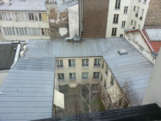 BEST WESTERN  Le Patio Saint Antoine: view out the window of our room to hotel courtyard