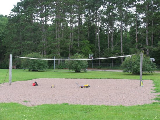 Dunrovin Christian Brothers Retreat Center: Sand volleyball court
