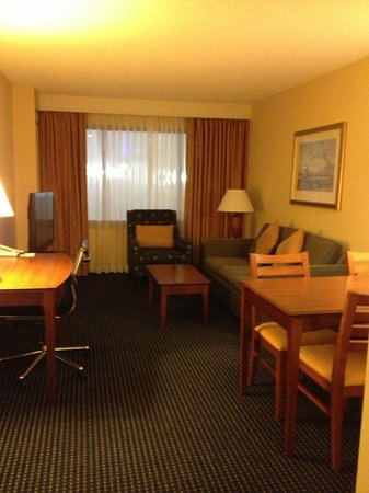 Residence Inn Boston Harbor on Tudor Wharf: Living room/Suites