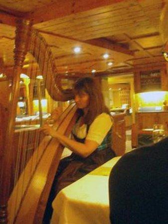 Hotel Gundolf: Die Chefin Fr. Knabl spielt auch mal mit der harfe auf