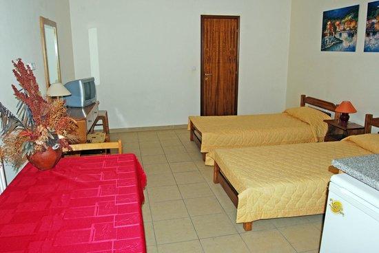 Dipolis Apartments: a room