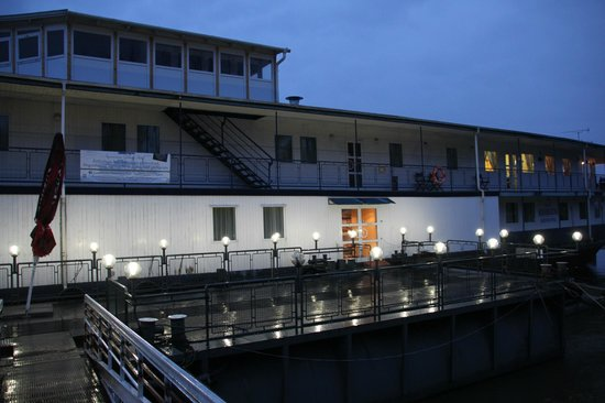 Aquamarina Hotel: view from outside in the evening