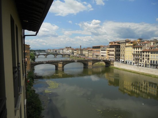 Hotel Lungarno: Views of the Arno River from our room