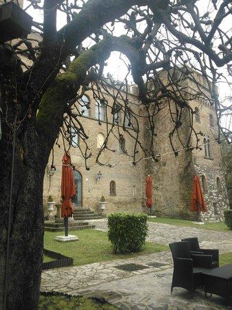 Hotel Torre Dei Calzolari Palace: il castello e una porzione di parco