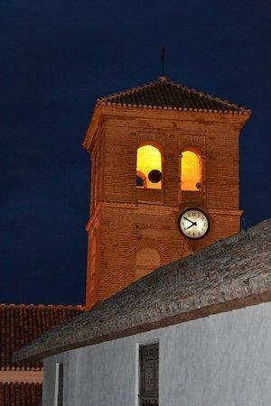 Los Arcos: Uitzicht vanuit onze kamer - het prachtige kerkje