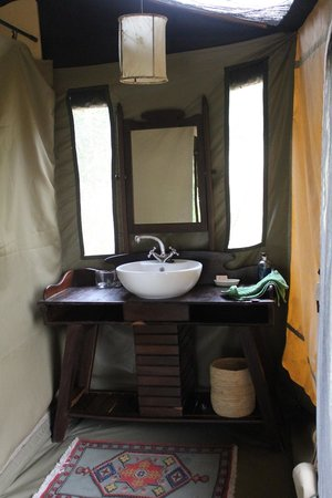 Manyara Ranch Conservancy: WIsh my bathroom at home were this pretty!