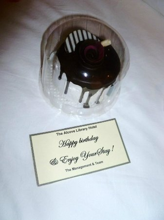 The Alcove Library Hotel: Complimentry birthday cake :)
