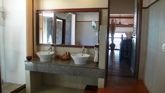 Victoria Phan Thiet Beach Resort & Spa: Bathroom, view to other rooms