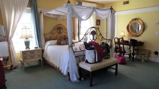 Fairview Inn: Spanish Room bed