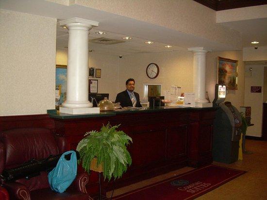Comfort Suites Newark: Front desk, eficientes y simpáticos