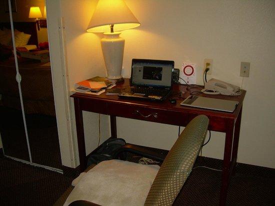 Comfort Suites Newark: Escritorio habitación 122