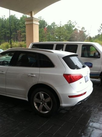 Fairfield Inn & Suites Raleigh-Durham Airport/Brier Creek: Audi that sat parked underneathe the overhang so you couldn't unload your car.