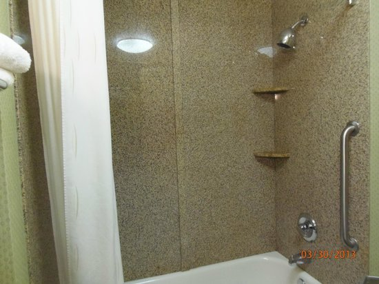 Comfort Suites: Shower w/curved shower curtain
