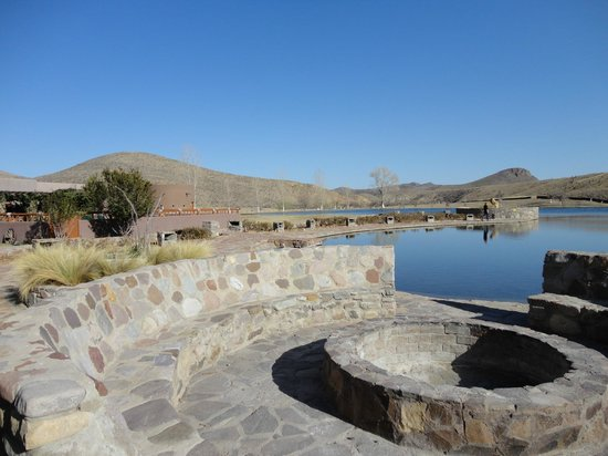 Cibolo Creek Ranch: Lake and Fire pit for night time 'smores making