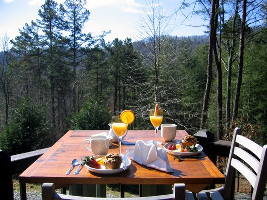 Aska Mountain Mill Bed & Breakfast: Breakfast served on the porch on warm days!