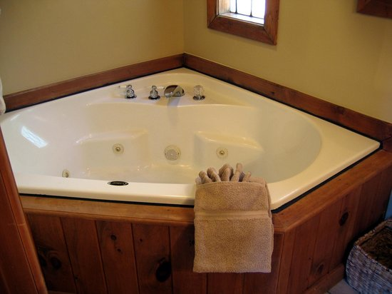Aska Mountain Mill Bed & Breakfast: Jacuzzi tub in your private bathroom