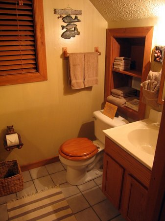 Aska Mountain Mill Bed & Breakfast: Private bathroom with Jacuzzi tub