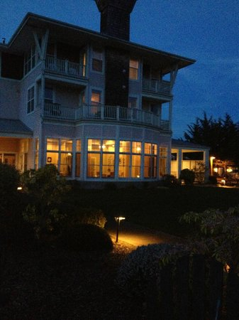 The Resort at Port Ludlow: Port Ludlow inn at dusk