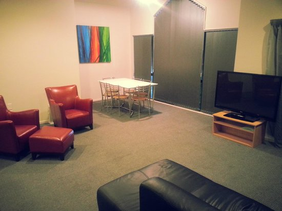 Drovers Motor Inn: Our 2 Bedroom Units Lounge