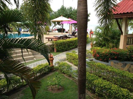 Longbay Resort : Vue de la chambre sur la piscine à 30 pas de la plage