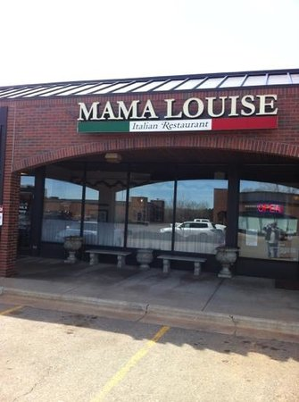 Mama Louise Italian Restaurant: View Outside the Resturant