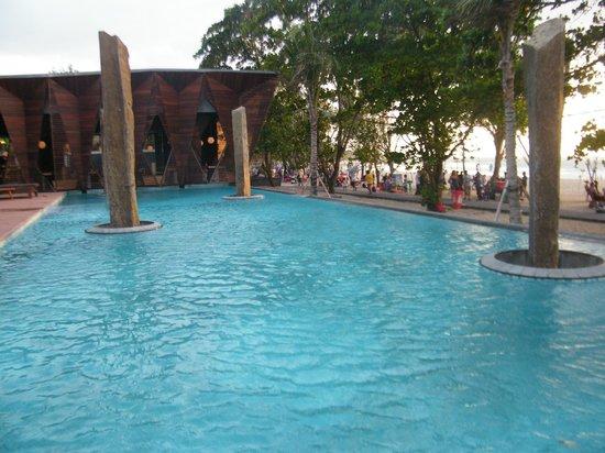 Grand Inna Kuta: Front pool on beach