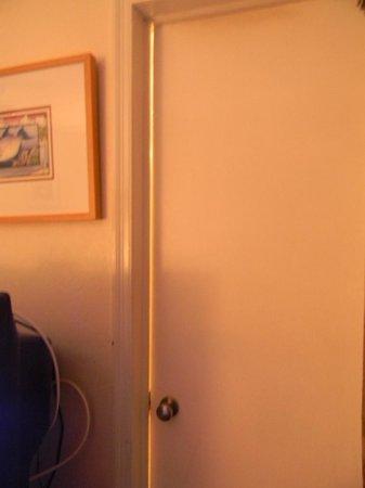 Lookout Lodge Resort : crack in the bathroom door so big you could see in it