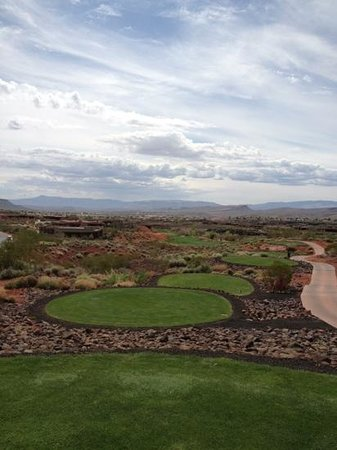 Entrada at Snow Canyon Golf Course: Golf on the back nine.   like golf on the moon.