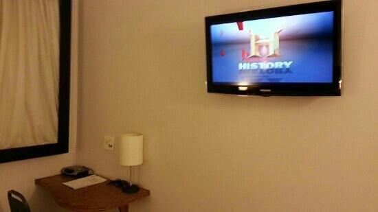 Oasis Plaza Hotel: tv lcd de 32pol e radio relogio para nao perder a hora.