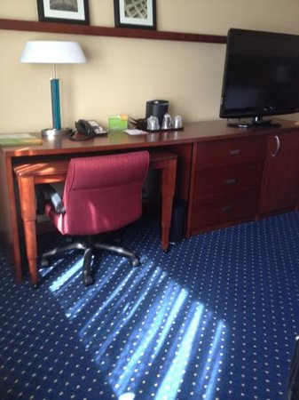 Crystal City Marriott at Reagan National Airport: nice tv and additional desk area