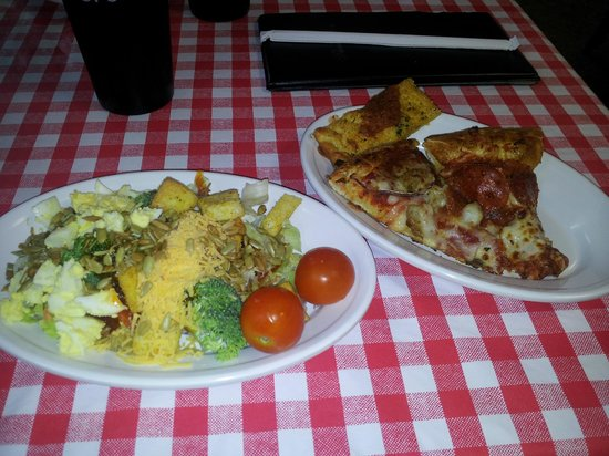 Peppers Pizzeria: Salad too