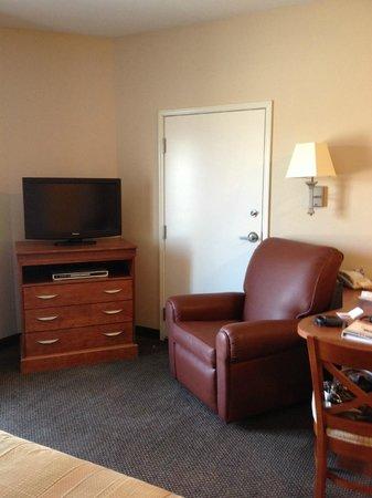 Candlewood Suites Lincoln : Desk/recliner/TV area