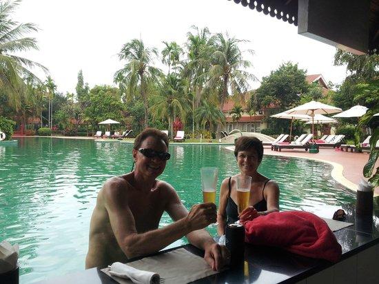 Sofitel Angkor Phokeethra Golf and Spa Resort: Swim up bar and pool area