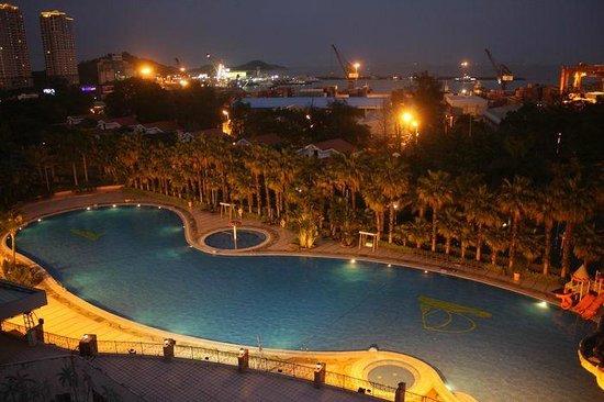 Zhuhai Holiday Resort Hotel : 部屋から見るプールと夜景