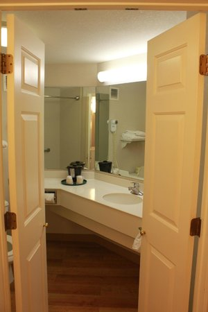 La Quinta Inn & Suites Orlando Lake Mary: Cute French doors into bathroom