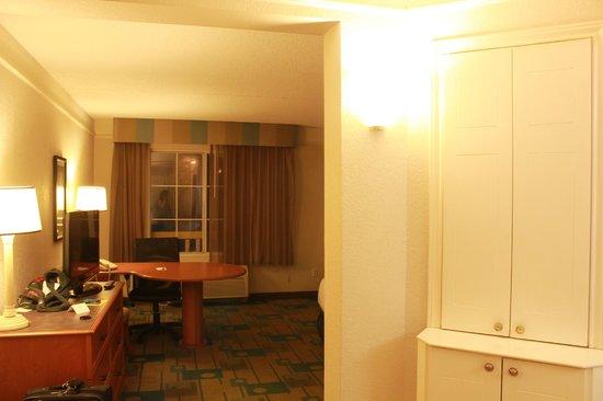 La Quinta Inn & Suites Orlando Lake Mary: Corner cabinet has coffee