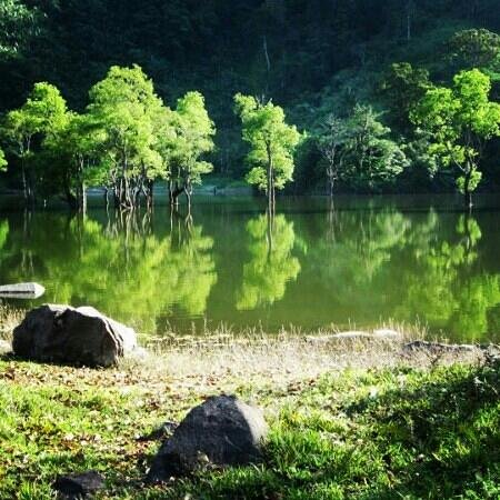 Дюмагет, Филиппины: still lake water will greet you at the Balinsasayao Twin Lake Sibulan Negros Occidental..just a