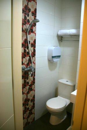 Hotel 81 - Osaka : The tiny bathroom/toilet