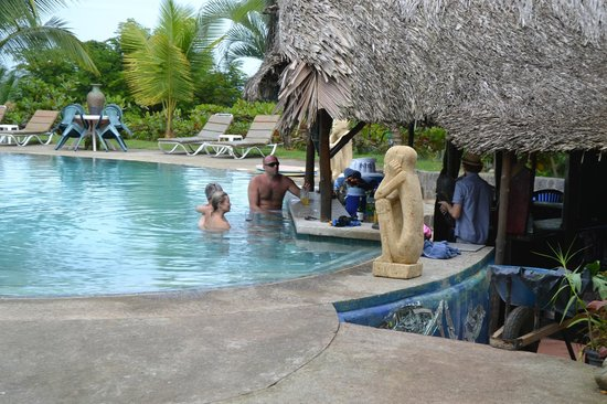 Popa Paradise Beach Resort: Beautiful pool with swim up bar