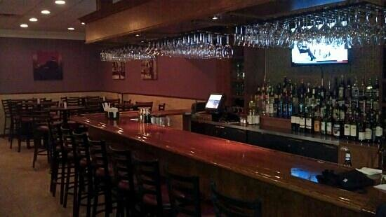 Courtney's Continental Cuisine: Bar and lounge.