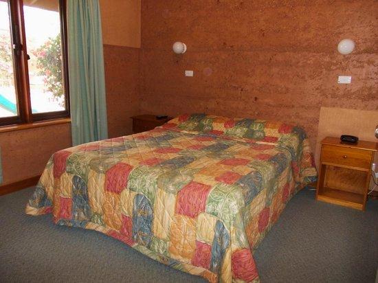 Mud Hut Motel: Apartment master bedroom